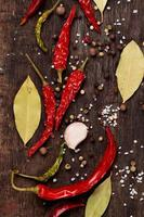 verschillende kruiden op houten achtergrond foto