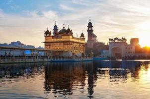 gouden tempel in de vroege ochtend. bij zonsopgang amritsar. India foto