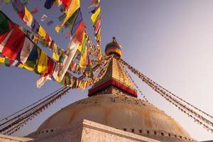 gebedsvlaggen en boudhanath-stoepa in kathmandu foto