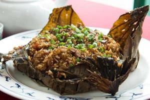 gebakken rijst in lotusblad foto