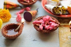 diwali-snoepjes met diyas op achtergrond foto