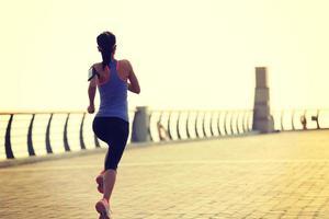 jonge fitness vrouw loper draait op zee foto
