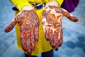 handen beschilderd met henna close-up foto