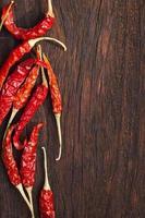 in de zon gedroogde rode Spaanse peperpeper op een houten achtergrond.