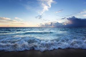 zonsondergang op het strand van de Seychellen foto
