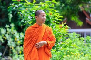 portret van jonge boeddhistische monnik foto
