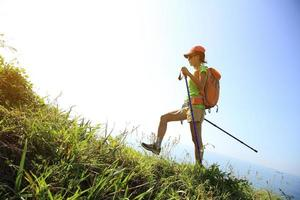 jonge vrouw wandelen op zee bergpad foto