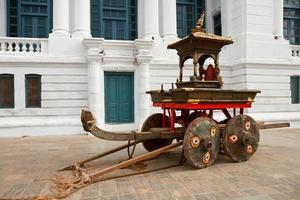 oude strijdwagen in Kathmandu foto