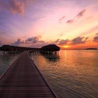 zonsondergang op het Maldivische strand foto