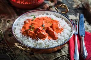 smakelijke tikka masala met rijst en kip foto