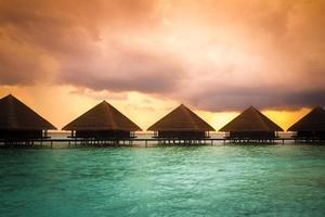 over water bungalows met stappen in een prachtige groene lagune foto