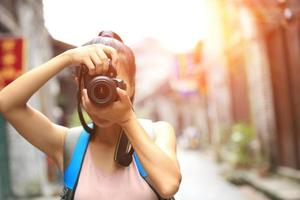 jonge vrouw fotograaf fotograferen durning reis foto