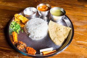 nepali thali maaltijd met kip curry foto
