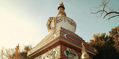 kleine stoepa in de buurt van swayambhunath-tempel - vintage filter. foto