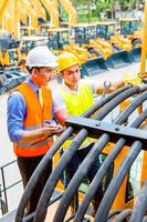 Aziatische monteur en ingenieur met machine