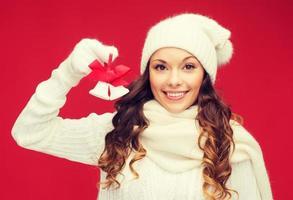 lachende vrouw in wanten en hoed met jingle bells foto