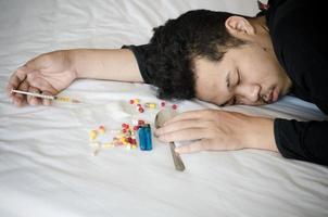 drugsverslaafde tot op het bed foto