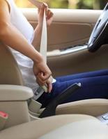 vrouw bestuurder gesp de veiligheidsgordel voor het besturen van de auto foto