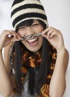 speelse medio volwassen vrouw draagt knithat foto