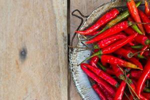 rode chili peper op grijs marmeren tafel. foto