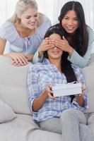 vrienden verrassende brunette met een cadeau foto
