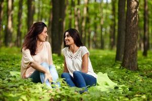 moeder en dochter converseren in een park