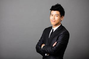 jonge Aziatische zakenman op grijze achtergrond