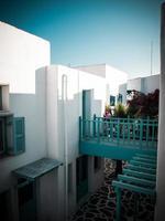 lichtblauwe en witte architectuur in santorini. griekenland retro st foto