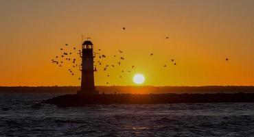 warnemünde vuurtoren bij zonsopgang foto