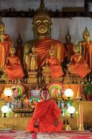 monnik mediteren in de lotushouding foto