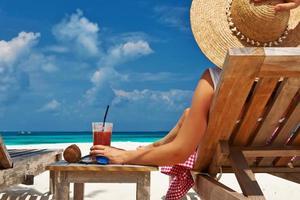 vrouw op het strand met ligstoelen foto