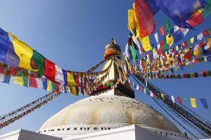 bodhnath stupa met kleurrijke vlaggen in kathmandu, nepal foto