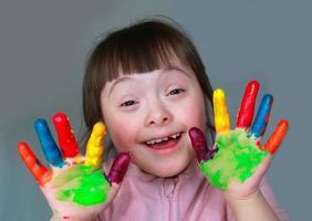 schattig klein meisje met geschilderde handen foto