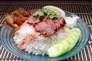 rijst met geroosterd varkensvlees vintage stijl.