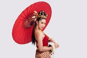 Thaise vrouw in traditionele klederdracht van thailand foto