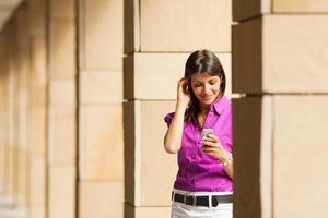 vrouw met behulp van mobiele telefoon foto