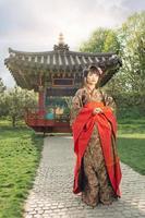 mooie Aziatische vrouw die in de tuin loopt foto