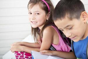 broers en zussen die hun huiswerk doen foto