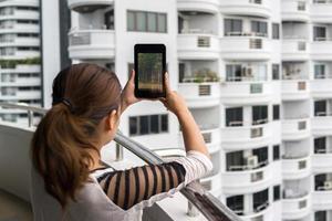 vrouw met tablet met bos op het scherm foto