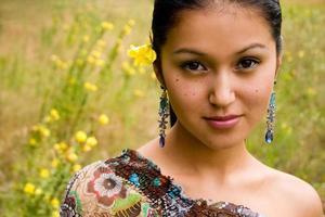 vrij Aziatisch bloemenmeisje foto