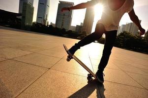 skateboarden vrouw springen