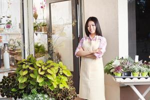 kleine ondernemer, Aziatische bloemist bloemenwinkel ondernemer in de winkel foto