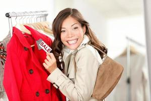 winkelende vrouw bij klerenverkoop foto
