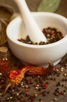 vijzel en stamper met peper en chili foto