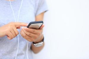 jonge Aziatische smartphone van het vrouwengebruik
