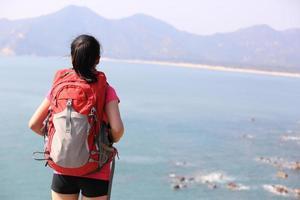 wandelen vrouw aan zee bergtop genieten van het uitzicht foto