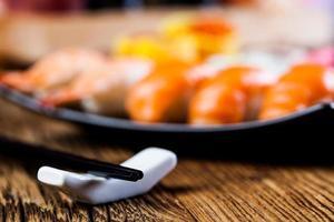 decoratieve compositie met sushi, Japanse zeevruchten foto