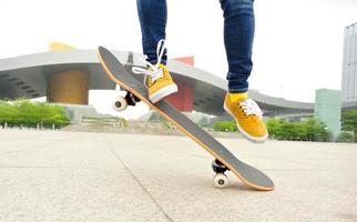 skateboarden benen van de vrouw foto