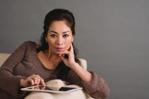 vrouw met digitale tablet foto