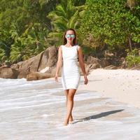 vrouw die kleding op strand in Seychellen draagt foto